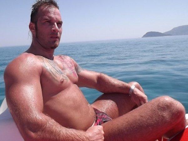 Viking : Gay actif lime le fion sans capote